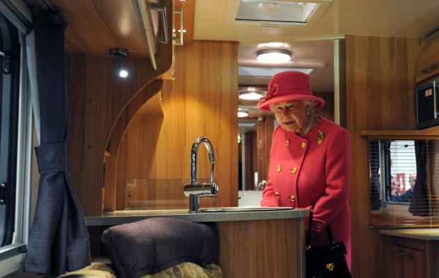 Elisabeth II visite un camping-car !